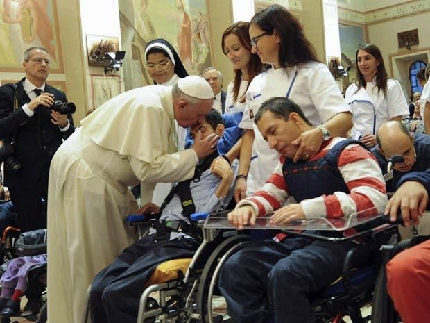 Papa Francisco, em Assis, abençoa pessoas com deficiência no Instituto Serafico nesta sexta-feira (4). (Foto: Gian Matteo Crocchioni/Pool/Reuters)