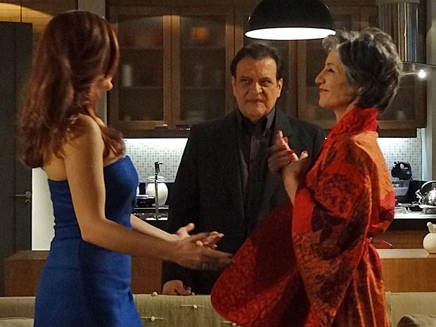 Dimas logo percebe a armação de Melissa e Amparo (Foto: Amor Eterno Amor/TV Globo)