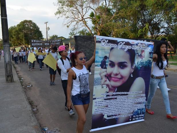 Colegas e professores realizaram a passeata em homenagem a estudante que morreu (Foto: Veriana Ribeiro/G1)