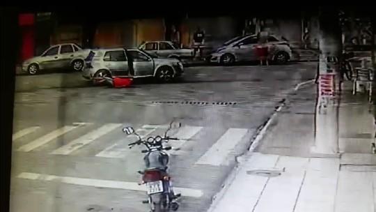 Vídeo mostra homem sendo jogado de carro em movimento em Vila Velha, ES