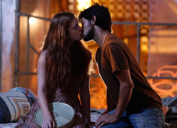 Jonatas beija Eliza (Foto: Ellen Soares / Gshow)