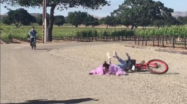 Kendall Jenner no momento do tombo de bicicleta (Foto: Reprodução/ Instagram)