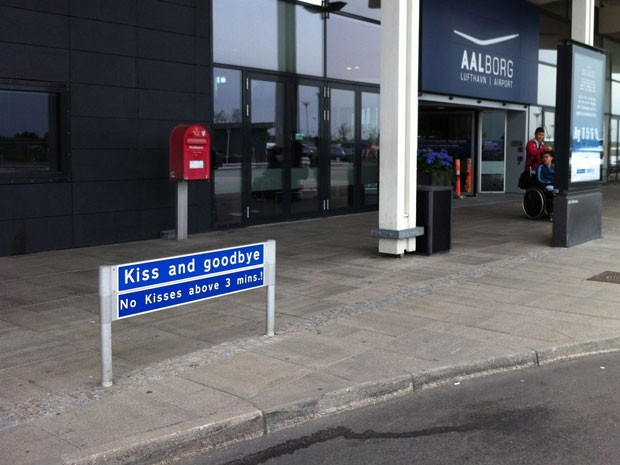 "Placa ""Kiss and Goodbye"", do Aeroporto de Aalborg, na Dinamarca (Foto: Aalborg/Divulgação)"