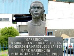 Busto de Garrincha em Pau Grande (Foto: Vicente Seda)