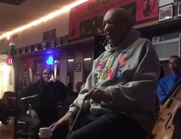 O comediante Bill Cosby durante seu mais recente show de stand up (Foto: Twitter)
