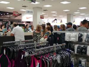 Clientes enfrentam filas para garantir presentes de Natal (Foto: Nicole Melhado/ G1)