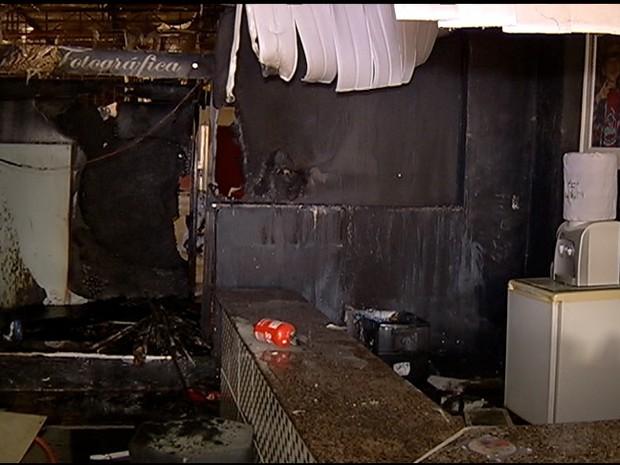 Incêndio atinge estúdio de fotografia em São Pedro da Aldeia (Foto: Evandro Ferraz / Inter TV)