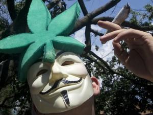 Manifestante usa máscara durante marcha pela descriminalização da maconha, em Medellín, na Colômbia