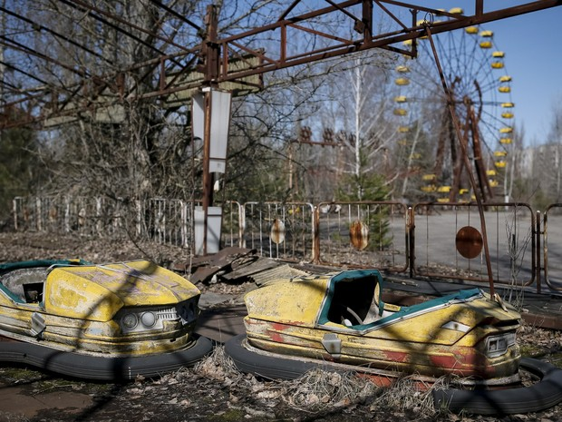 Um parque de diversões é visto no centro da cidade abandonada de Pripyat, perto da usina nuclear de Chernobyl, na Ucrânia (Foto: Gleb Garanich/Reuters)