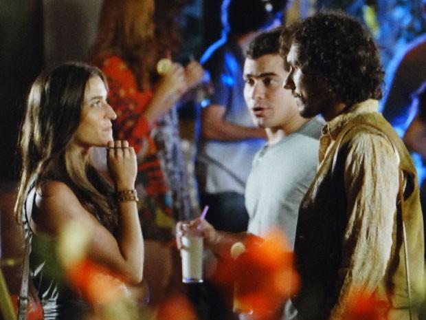 Carol conversa com Lino e deixa Rodrigo sobrando (Foto: Flor do Caribe / TV Globo)