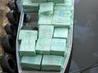 Policiais apreendem barco carregado com cigarros contrabandeados