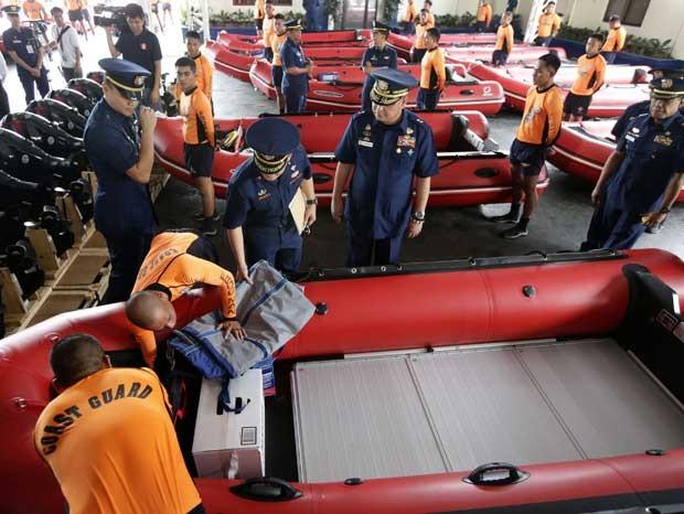 Guarda Costeira das Filipinas verifica barcos para ajudar na passagem do tufão Haiyan pelo país (Foto: Bullit Marquez/ AP)