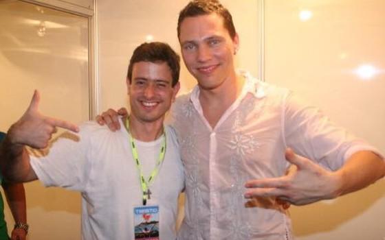 O produtor Marcos Daudt, do Superstar DJs posa com Tiësto após a lendária apresentação de 2007 no Rio (Foto: Divulgação)