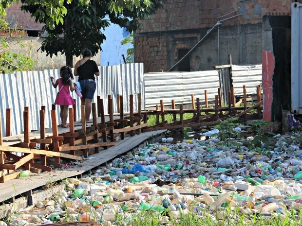 Ponte serve de represa para lixo jogado em igarapés (Foto: Suelen Gonçalves/G1 AM)