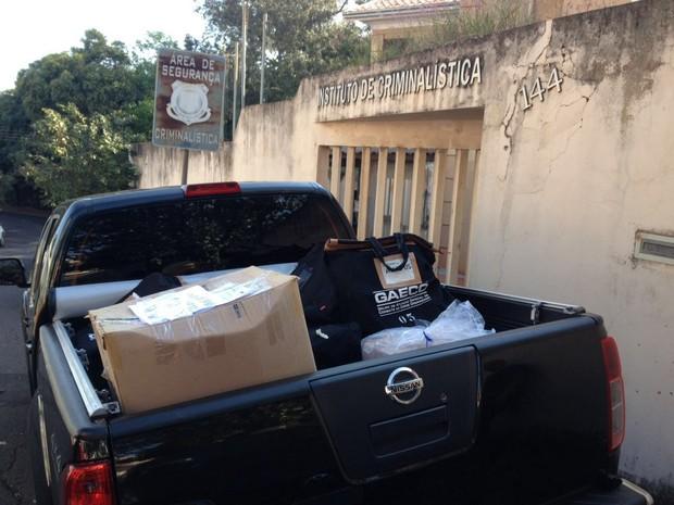 Esquadrão Antibombas retirou explosivo do Instituto de Criminalística (Foto: Marcelo Bonomini/RPC)