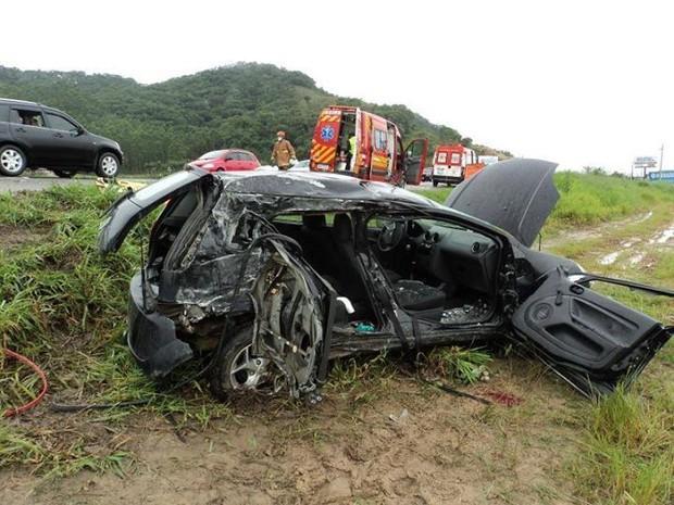 Duas vítimas fatais viajavam do lado direito do carro (Foto: PRF/Divulgação)