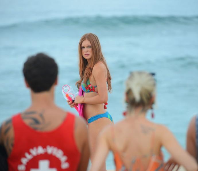A garota fica com medo antes de entrar no mar (Foto: Pedro Carrilho/Gshow)