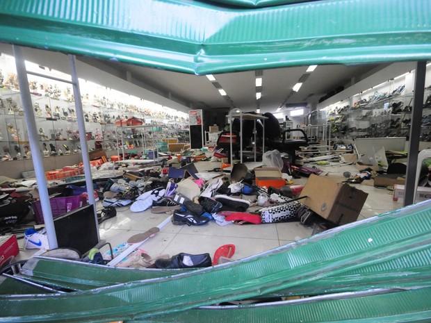 Comerciantes e lojistas contabilizam os prejuízos após a noite de saques e depredações no município de Abreu e Lima, Região Metropolitana do Recife (PE), nesta quinta-feira (15) (Foto: Veetmano/ Estadão Conteúdo)