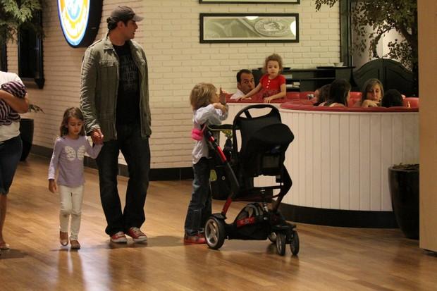 Thiago Lacerda com a familia em shopping (Foto:  johnson parraguez-photorionews)