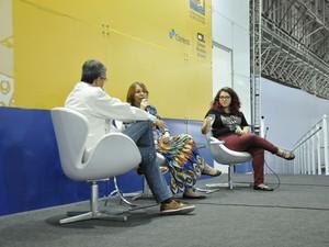 Danielle Machado (ao centro) e Bárbara Morais participam de debate sobre John Green na Bienal do Livro de SP (Foto: Andressa Castro/Divulgação)