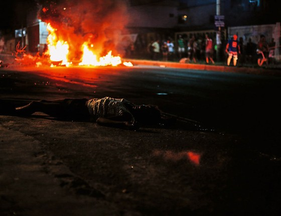 Corpo de um transsexual assassinado em Serra,região metrolitana de Vitória.Ele foi apenas um dos mais 120 mortos em uma semana (Foto:  Marlon Max  TRÊS16)