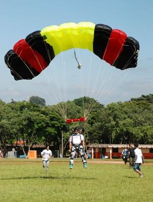 Paraquedistas batem recorde de saltos num só dia em Bopituva (Foto: Evertton Momberg/TV Tem)
