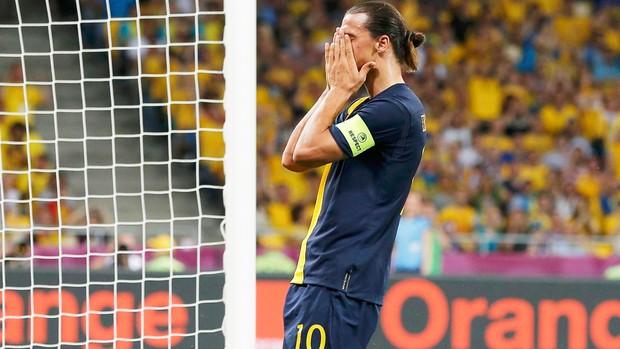 Ibrahimovic - Ucrânia X Suécia (Foto: Reuters)