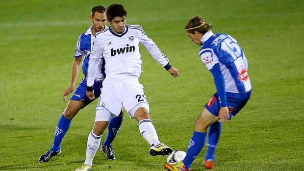 Alvaro Morata do Real madrid e Javier Lara Grande (Foto: AFP)