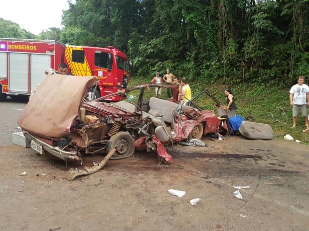 Com o impacto, carro que se chocou contra caminhão no sudoeste do Paraná ficou destruído (Foto: Ivania Bonatto/Arquivo pessoal)
