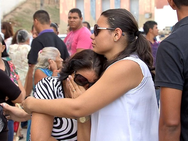 Familiares se emocionam durante sepultamente de José Carlos (Foto: TV Verdes Mares/Reprodução)