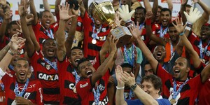 Com gol irregular aos 45 do 2º tempo, Flamengo levanta a taça (Reuters)