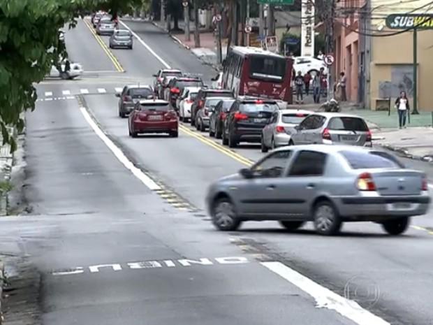 Carros entram na faixa que virou contramão no sentido Centro da Avenida Brigadeiro Luís Antonio (Foto: TV Globo/Reprodução)
