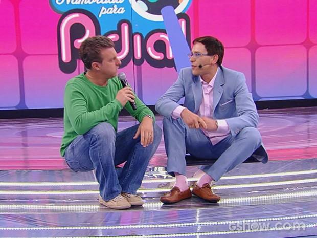 Luciano Huck conversa com Adial no palco do Caldeirão (Foto: Caldeirão do Huck/TV Globo)