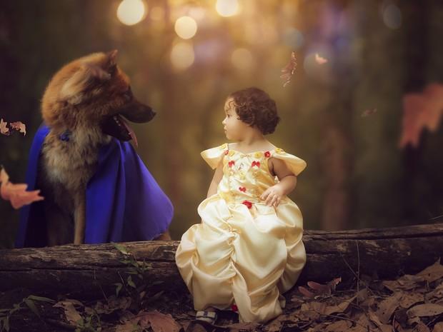 Ensaio entre cachorro e menina  foi inspirado no filme A Bela e a Fera (Foto: Vivian Rodrigues/Divulgação)