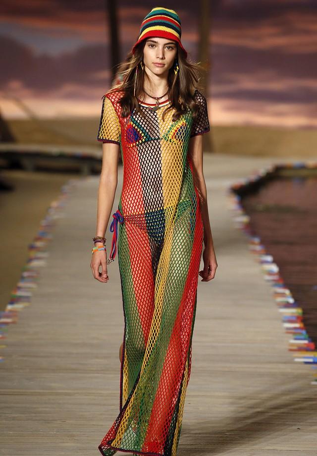 O vestido na passarela da Tommy Hilfiger (Foto: Reprodução)