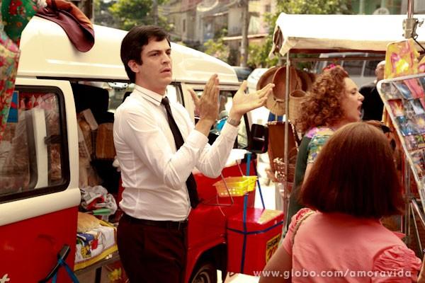 Félix  já se empolga e começa a trabalhar (Foto: Ellen Soares/ TV Globo)
