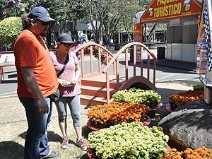 Marlene Dias Pinto e Anderson Errero na 31ª Expoflora (Foto: Rodrigo Maia/G1 Campinas)