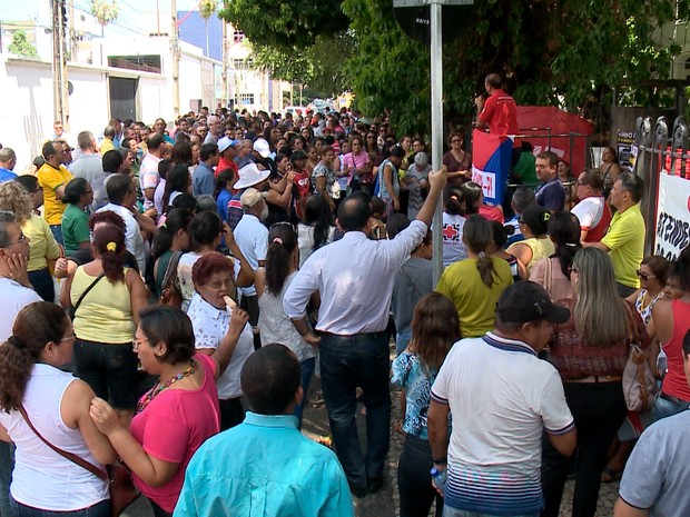 Protesto em frente ao Palácio de Karnak, em Teresina (Foto: Reprodução/TV Clube)