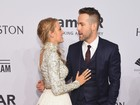 Blake Lively e Ryan Reynolds trocam carinhos em tapete vermelho