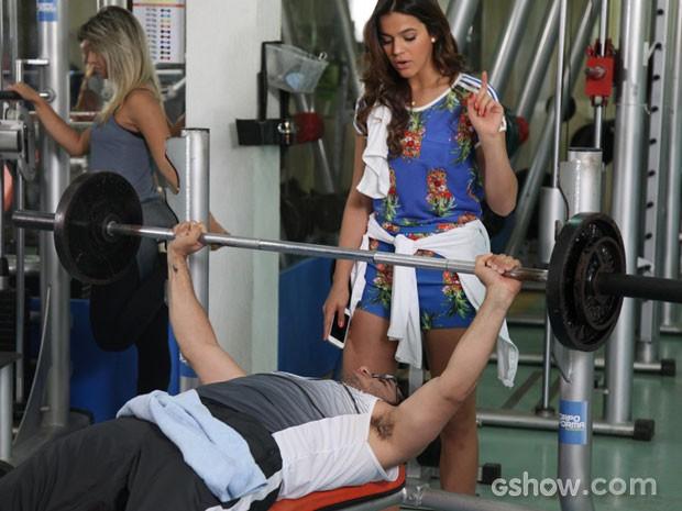 Bruna Marquezine e Thiago Mendonça em academia no Rio (Foto: Carol Caminha/TV Globo)