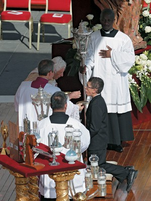 OS SANTOS DE CASA Madre Paulina, declarada santa em 2002, e Frei Galvão, reconhecido pelo Vaticano em 2007. O Brasil começa a aprender os trâmites da canonização (Foto: Alessandra Tarantino/AP)