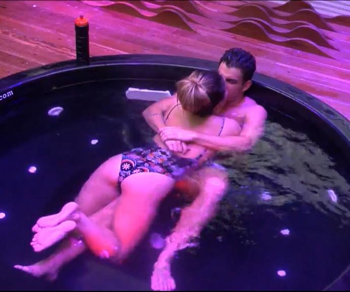 Antônio e Alyson trocam beijos quentes em hidromassagem (Foto: TeleCinco)