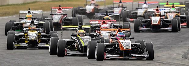 Disputa em Mike Pero Motorsport Parque, Christchurch, no início do campeonato. (Foto: Divulgação/Castrol Toyota Racing Series)