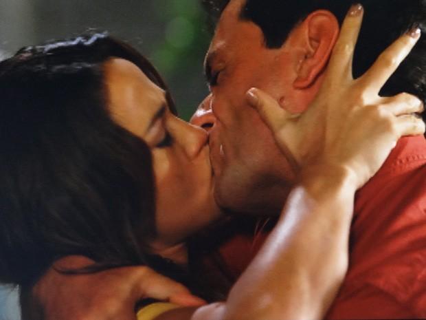 Morena e Théo se beijam apaixonadamente (Foto: Salve Jorge/ TV Globo)
