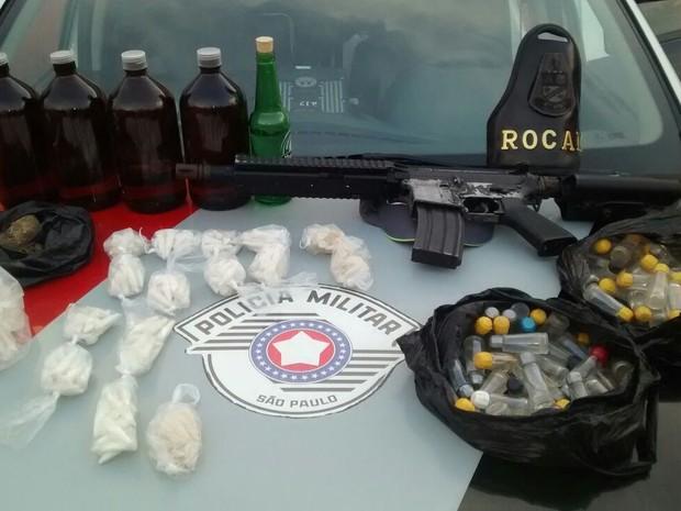 Dois homens são apreendidos com réplica de fuzil em Campinas (SP) (Foto: Polícia Militar)