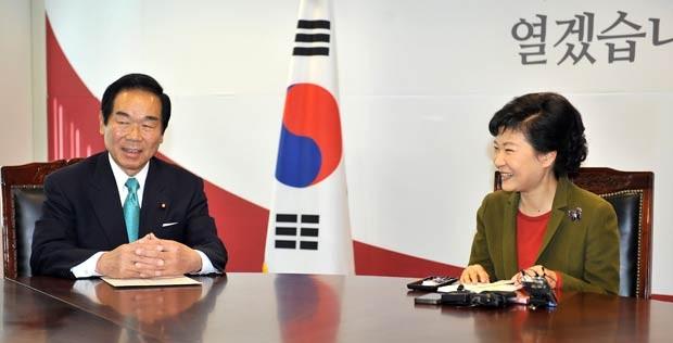O enviado japonês Fukushiro Nukaga e a presidente eleita da Coreia do Sul Park Geun-Hye durante encontro nesta sexta-feira (4) em Seul (Foto: AFP)