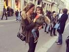 A cara do pai! Carol Celico posa em Milão com a filha