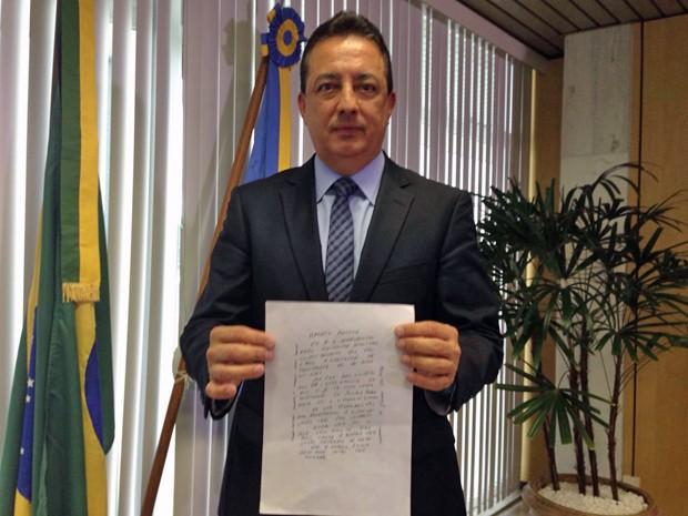Conselheiro Renato Rainha apresenta carta em que recebe ameça de morte (Foto: Gabriel Luiz/G1)