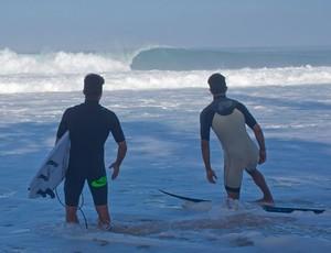 Bruno Santos e Pedro Scooby entraram em um mar quase vazio em Pipeline (Foto: Fred Pompermayer)