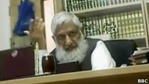 Hasan foi filmado dizendo que polícia só deve ser acionada 'em último caso' se marido bate na mulher (Foto: BBC)